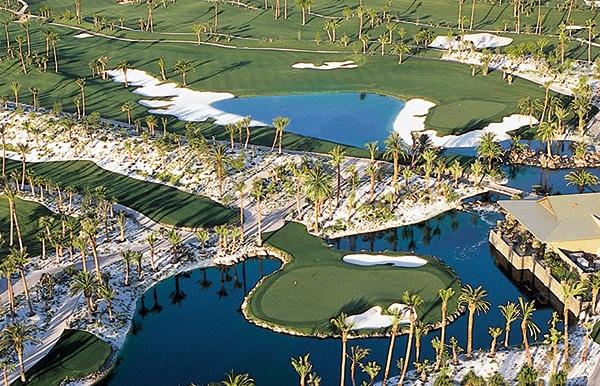 Loch 16 - Par 3 mit Inselgrün und Clubhaus Bali Hai Golfclub. Foto Walters Golf