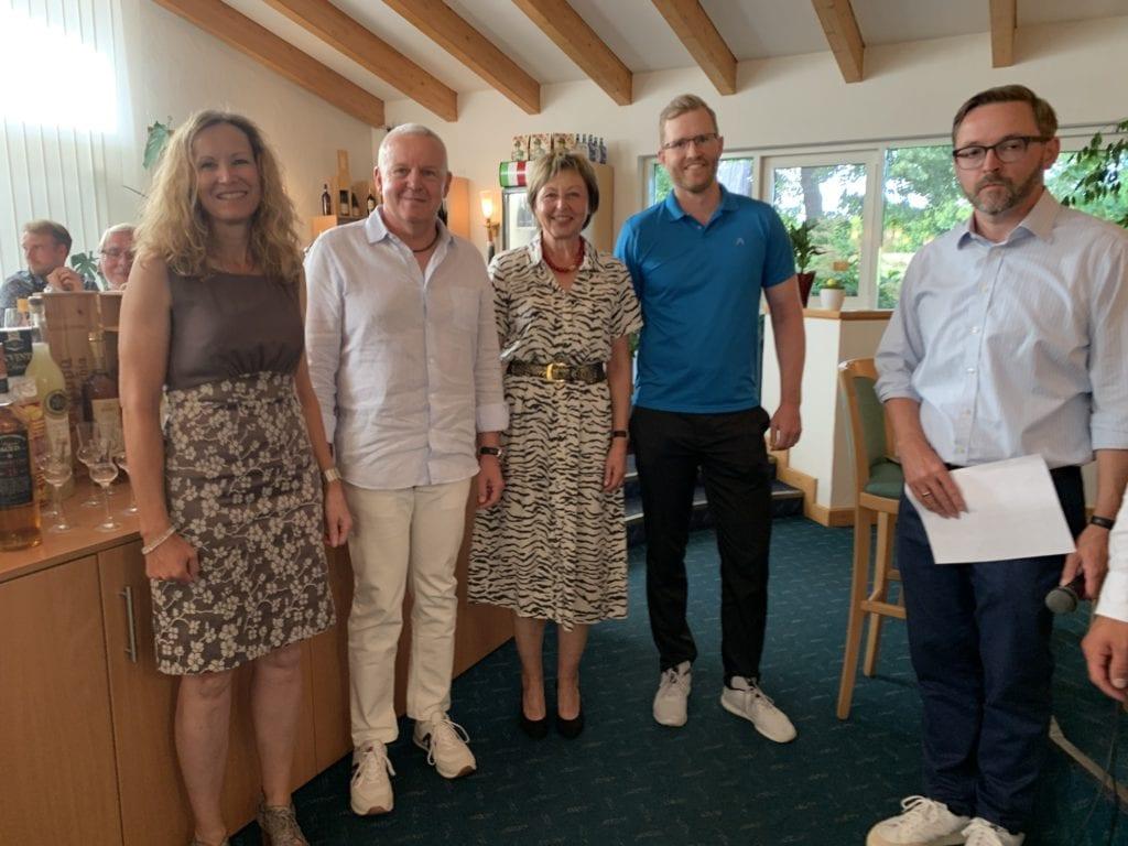 Die Bruttosieger von links: Carmen Neuendorf, Bernd Münchinger, Monika Pietschmann-Eschle und Kristian Kemmler sowie Clubmanager Norbert Zimmermanns.